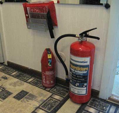 Två brandsläckare och en brandfilt